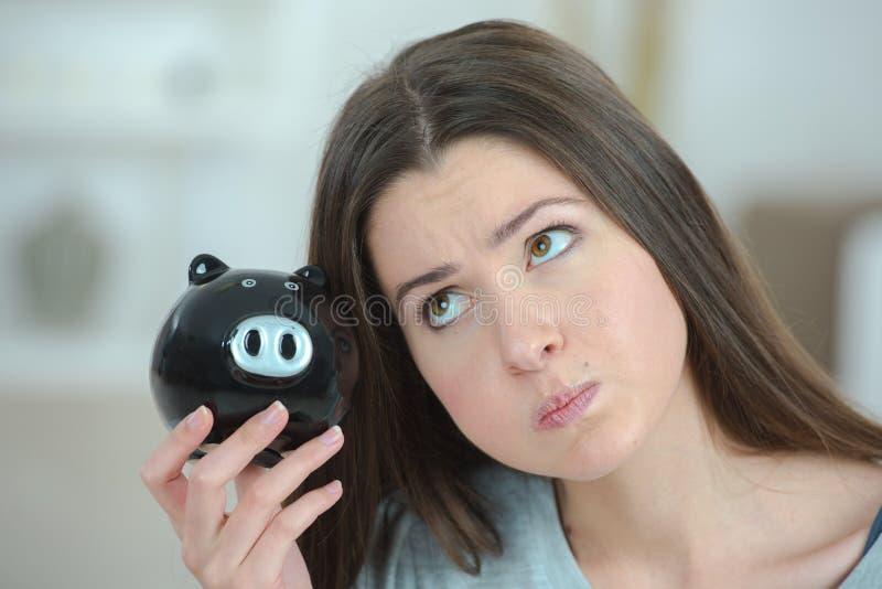 Dama z prosiątko bankiem zdjęcie stock