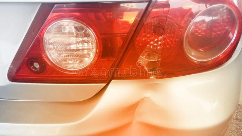 Damaged bakre stötdämpare för bucklig bil och brutet svansljus efter krascholycka royaltyfria foton