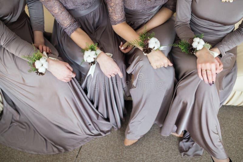 Damas de honor con el ramo de la boda de flores fotos de archivo