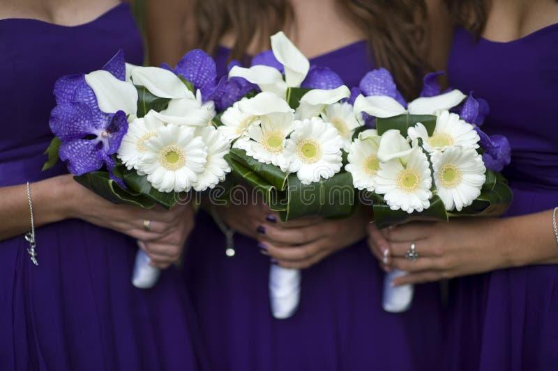 Damas de honor con los ramos de la flor imágenes de archivo libres de regalías
