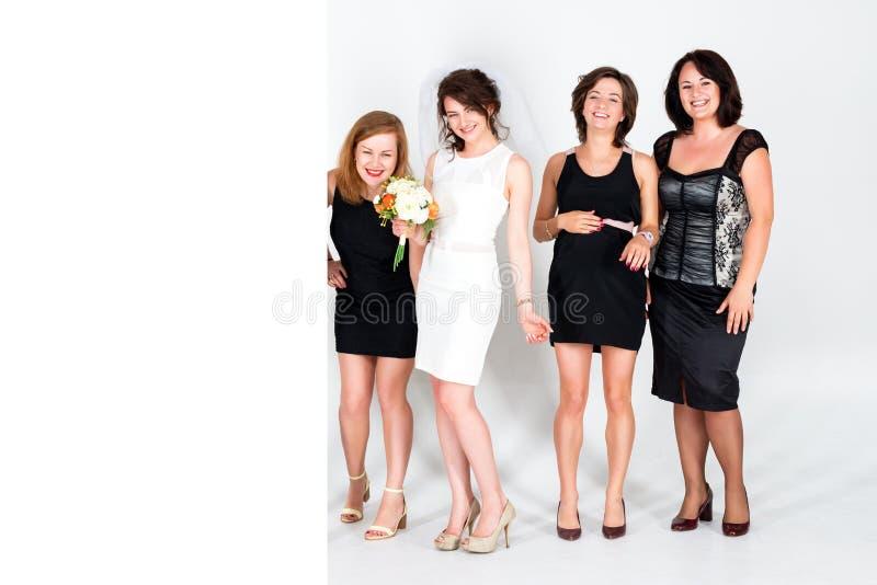 Damas de honra à moda que têm o divertimento com noiva Sinal vazio grande do cartaz do quadro de avisos com lote do espaço da cóp fotos de stock