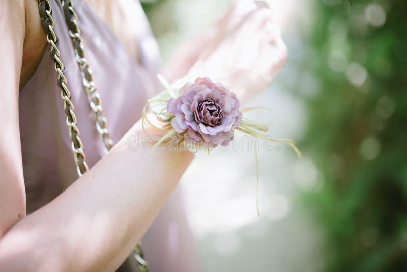Damas de honra das damas de honra das flores em suas m?os imagens de stock