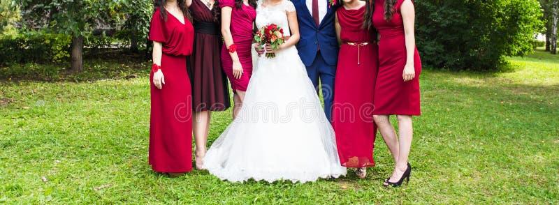 Damas de honra fora no dia do casamento foto de stock royalty free