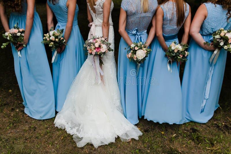 Damas de honra no azul fotografia de stock royalty free