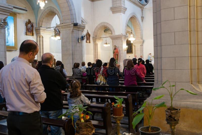 DAMAS, SYRIE - 16 NOVEMBRE 2010 : Les gens dans la cathédrale de Mariamite de Damas L'église est l'une des églises orthodoxes gre images libres de droits