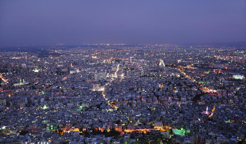Damascus Syrien, flyg- nattsikt arkivfoto