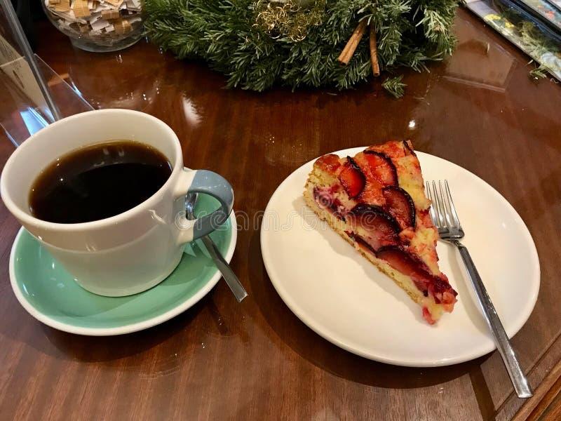 Damastpruim Plum Cake Tart bij Koffiewinkel/Kerstmisconcept dat wordt gediend royalty-vrije stock afbeelding