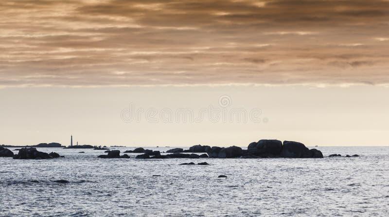 Damatic ilumina o litoral em Brittany, França no por do sol com um li fotografia de stock