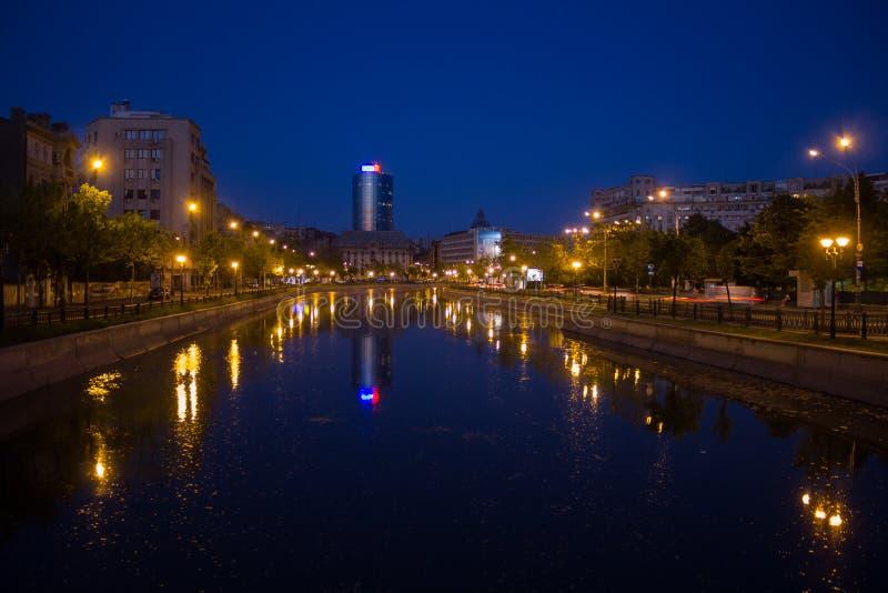 Dambovita flod på nighttime royaltyfria bilder