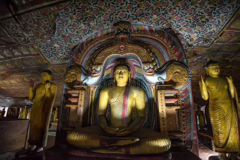 DAMBULLA,斯里兰卡- 2016年12月4日:在洞寺庙的菩萨staue在Dambulla 库存照片