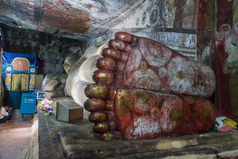 DAMBULLA,斯里兰卡- 2016年7月20日:在Dambulla洞寺庙,斯里Lan洞的斜倚的菩萨雕象  免版税库存照片
