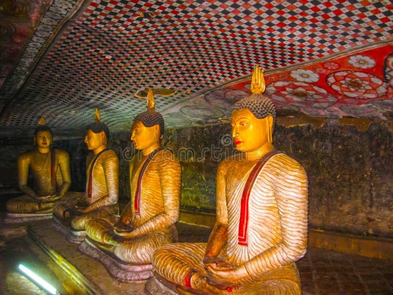 Dambulla, Шри-Ланка - 30-ое апреля 2009: Висок пещеры буддистов стоковые изображения rf