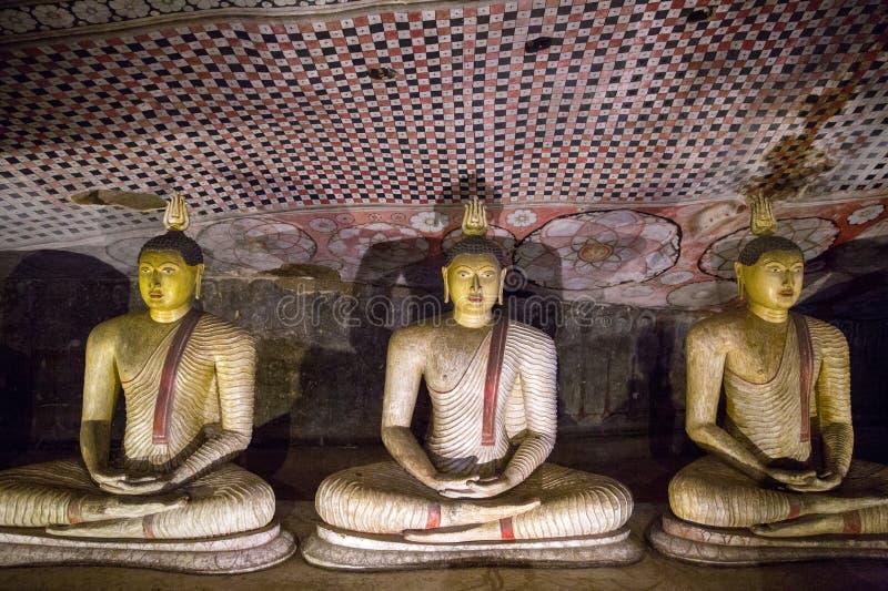 DAMBULLA SRI LANKA - JANUARI 17, 2017: stäng sig upp sikt av forntida traditionella religiösa monument i Asien arkivfoton