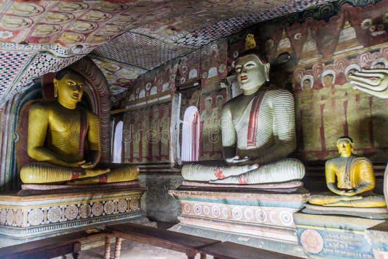 DAMBULLA, SRI LANKA - JULI 20, 2016: De standbeelden van Boedha in een hol van Dambulla-holtempel, Sri-Lan royalty-vrije stock afbeeldingen