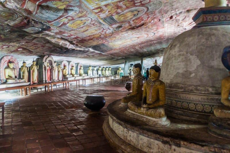 DAMBULLA, SRI LANKA - JULI 20, 2016: De standbeelden van Boedha in een hol van Dambulla-holtempel, Sri-Lan stock fotografie