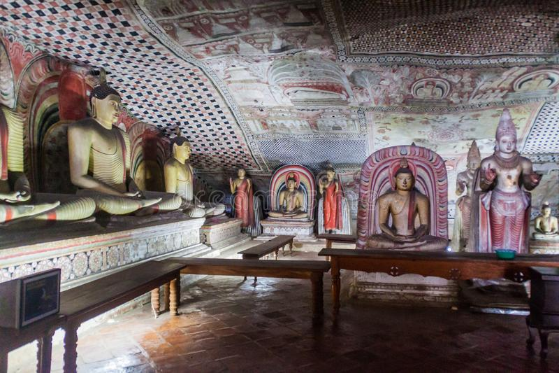 DAMBULLA, SRI LANKA - JULI 20, 2016: De standbeelden van Boedha in een hol van Dambulla-holtempel, Sri-Lan royalty-vrije stock fotografie