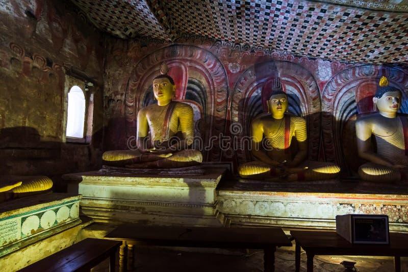 Dambulla, Sri Lanka - Maart 30, 2019: De tempelbinnenland van het Dambullahol in Sri Lanka stock foto