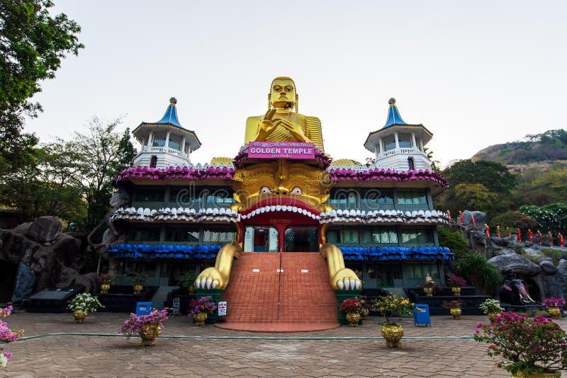 Dambulla, Sri Lanka - Maart 30, 2019: Gouden tempel met het grote standbeeld van Boedha in Sri Lanka royalty-vrije stock fotografie
