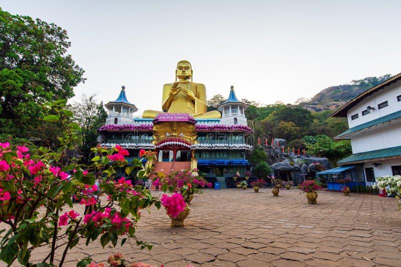 Dambulla, Sri Lanka - Maart 30, 2019: Gouden tempel met het grote standbeeld van Boedha in Sri Lanka royalty-vrije stock foto's