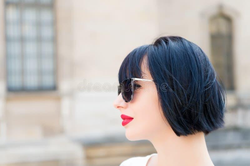 Dame à la mode de fille avec le fond urbain extérieur d'architecture de coiffure de plomb Pose à la mode de modèle de femme extér photos libres de droits
