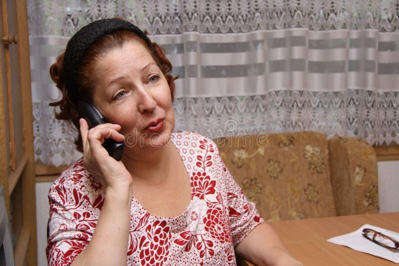 Dame âgée appelant par le téléphone photos stock