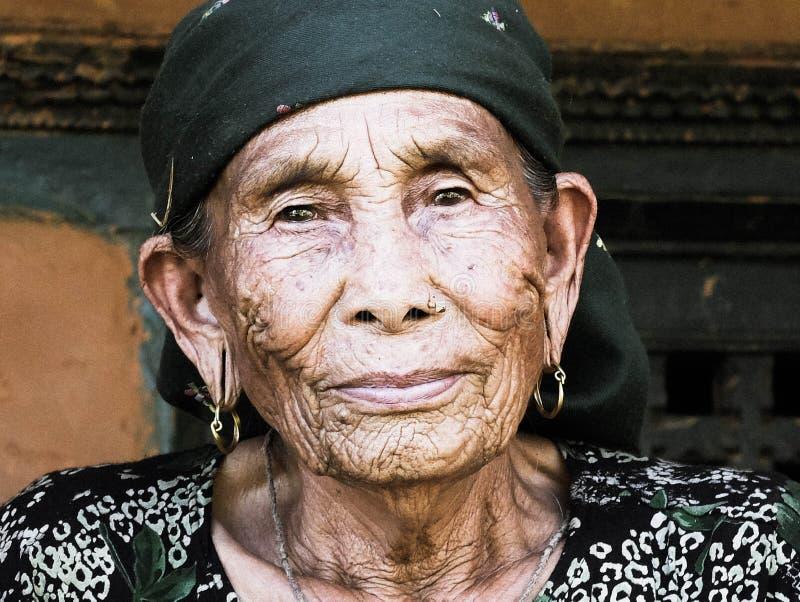 Dame âgée au Népal images stock