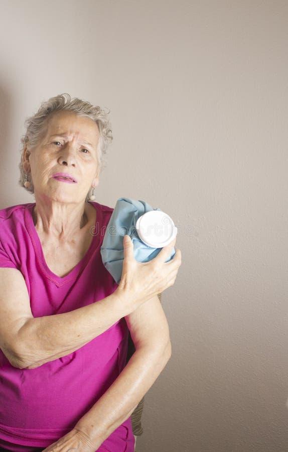 Dame âgée avec douleur d'épaule et de bras photo libre de droits