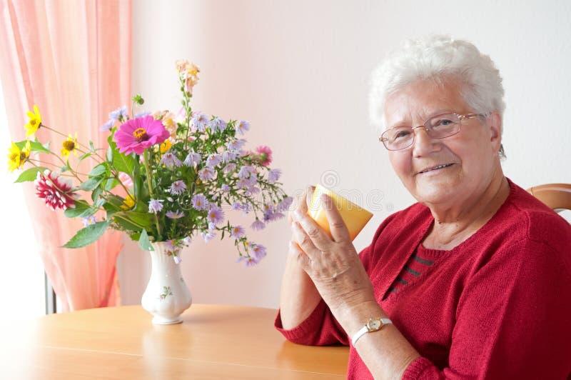 Dame âgée avec la cuvette photo stock