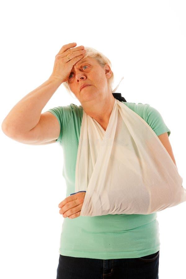 Dame âgée avec le poignet cassé en gypse photo stock
