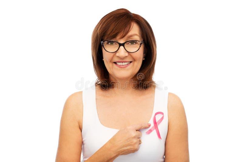 Dame âgée avec le ruban rose de conscience de cancer du sein photographie stock libre de droits