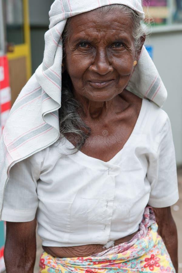 Dame âgée avec le sari image stock