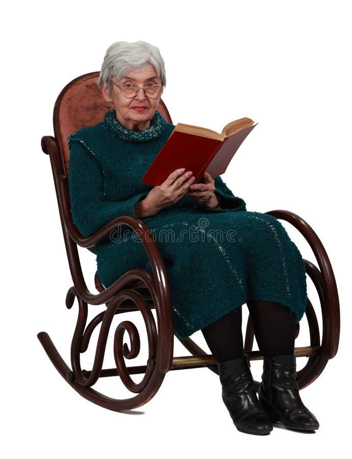 Dame âgée avec un livre photos libres de droits