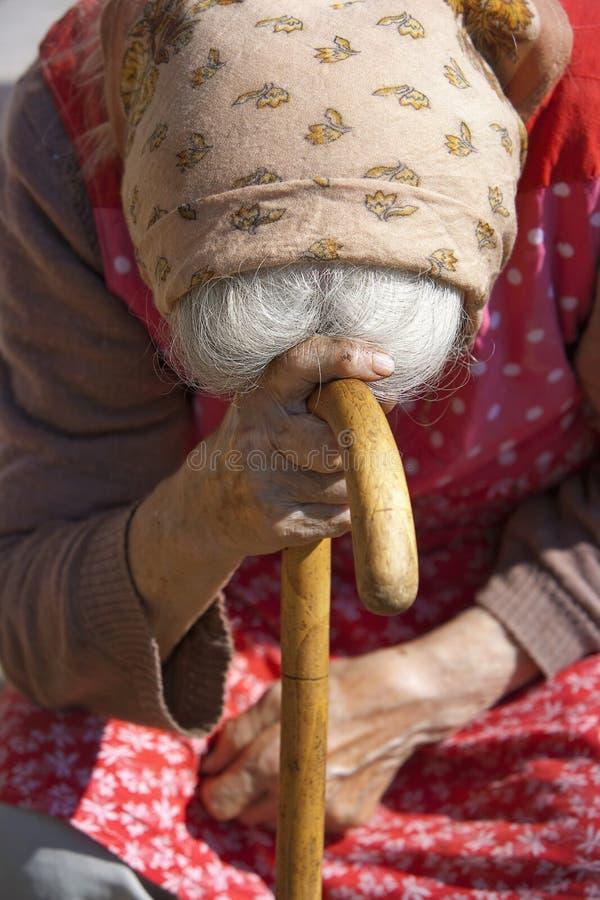 dame âgée avec une canne photographie stock