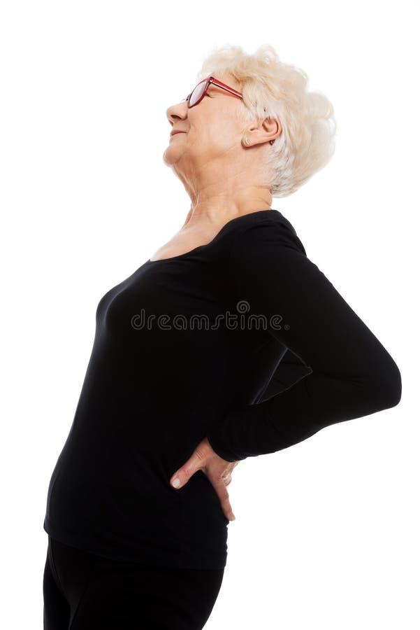 Dame âgée ayant des douleurs de dos. image stock