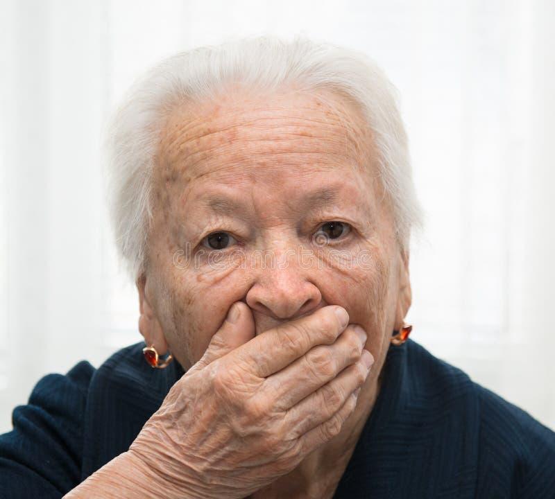 Dame âgée baîllant image stock