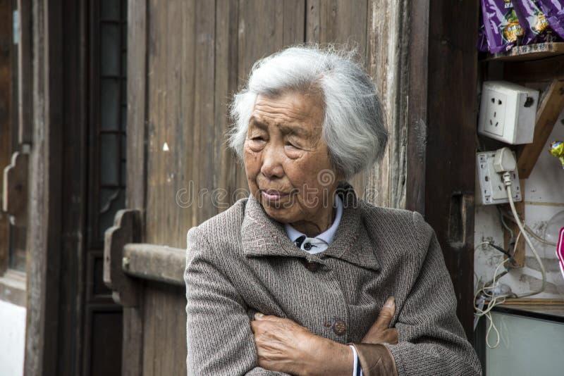 Dame âgée contemple le passé image stock