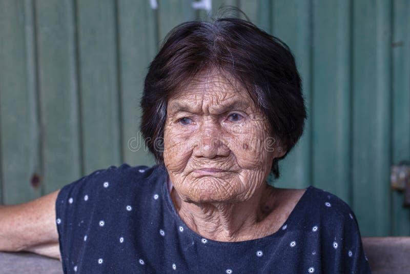 Dame âgée de portrait sur le marché en plein air, se ferment  thailand photo libre de droits