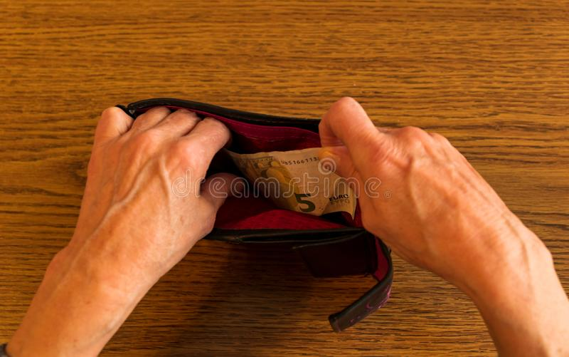 Dame âgée est fauchée Pas plus d'argent dans votre portefeuille image libre de droits