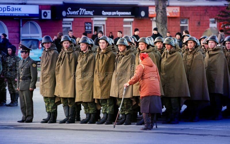 Dame âgée est handicapée le long du système des militaires russes photographie stock