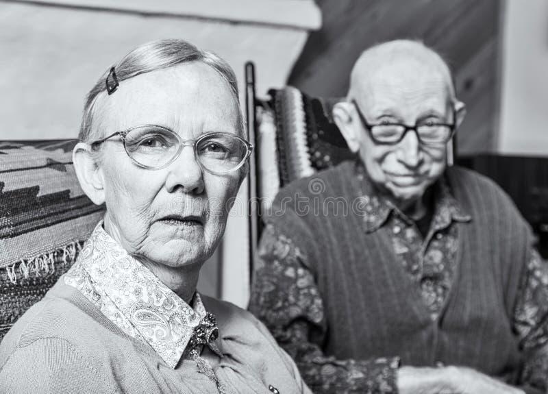 Dame âgée et homme grincheux images stock