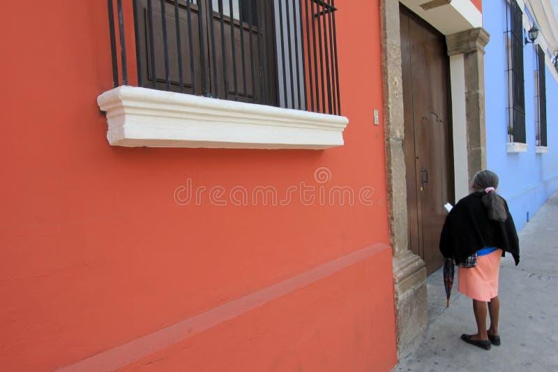 Dame âgée et maisons colorées à l'Antigua, Guatemala, Amérique Centrale image libre de droits