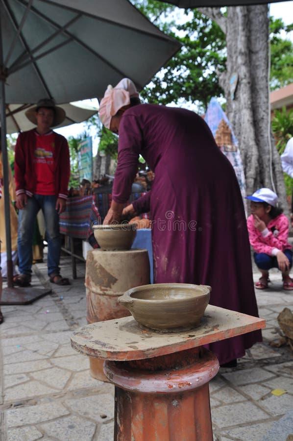 Dame âgée exécute les techniques en céramique de bâti au temple de PO Nagar dans Nha Trang image stock