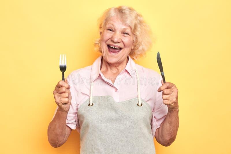 Dame âgée folle affamée disposant à dîner images libres de droits