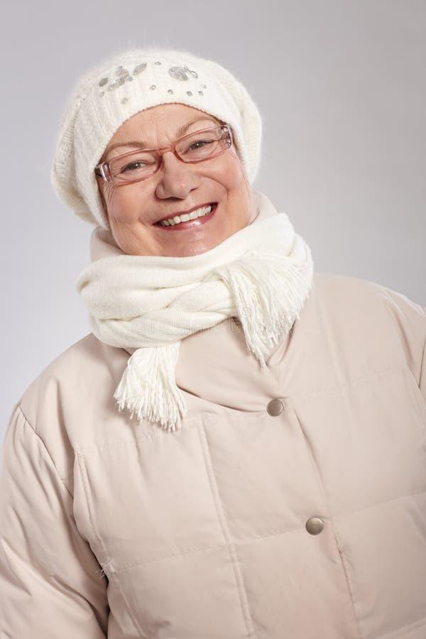 Dame âgée heureuse à l'hiver photo libre de droits
