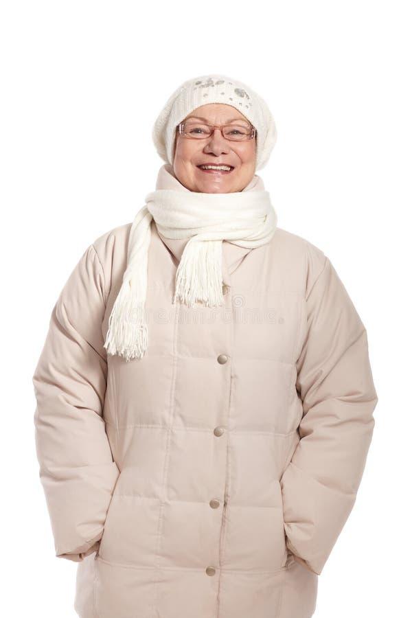 Dame âgée heureuse dans des vêtements chauds photographie stock