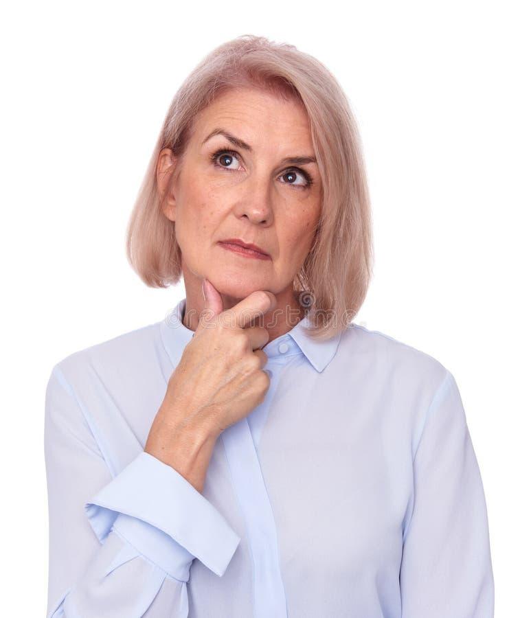 Dame âgée imaginant et regardant images libres de droits
