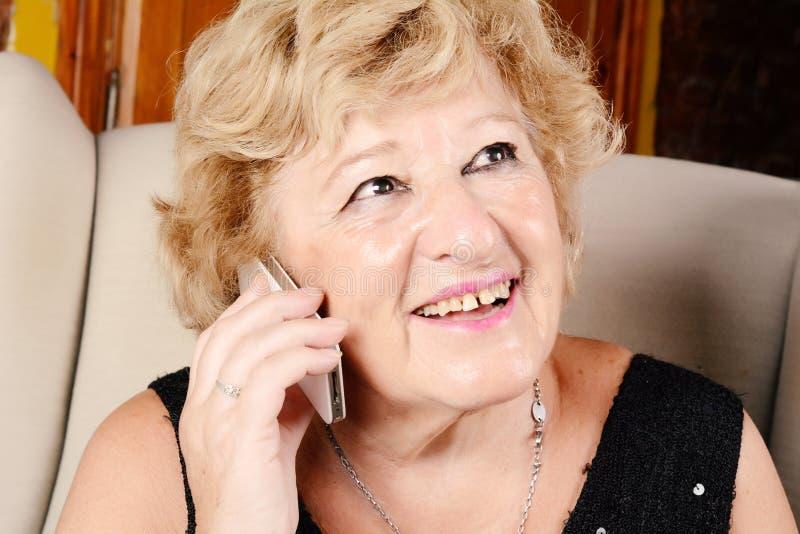 Dame âgée parlant au téléphone image stock