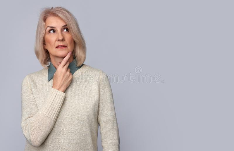 Dame âgée pensive recherchant D'isolement photographie stock libre de droits