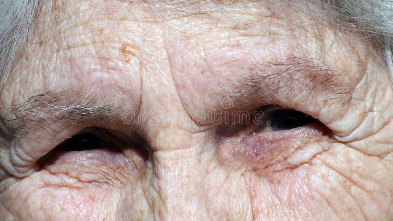 Dame âgée regardant l'appareil-photo et le sourire closeup photographie stock