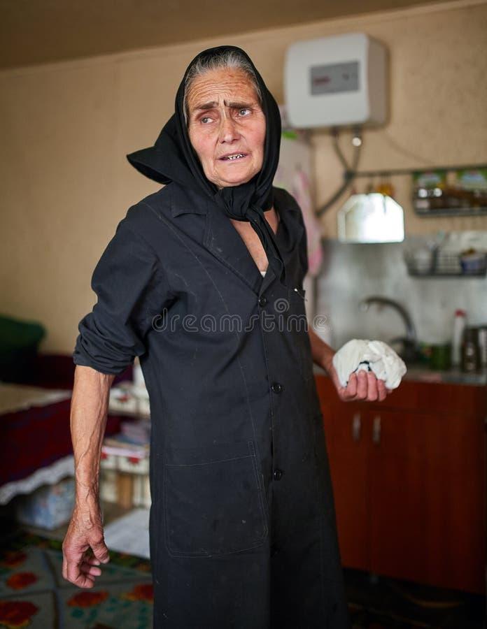 Dame âgée rurale expressive d'intérieur photographie stock